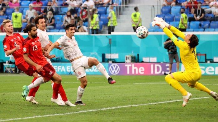 Kiper Swiss Yann Sommer saat menyelamatkan gawang dari tendangan Gerrard Moreno. Kiper Borussia Mönchengladbach berusia 32 tahun itu tampil menakjubkan lawan timnas Spanyol,