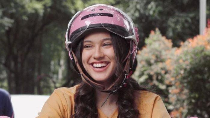 Sambil syuting sinetron Love Story The Series, Yasmin Napper tetap mengutamakan sekolahnya meski hanya dilakukan secara online.