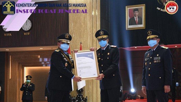 Peringatan HDKD, Menteri Yasona Serahkan Sertifikat ISO 37001:2016 SMAP kepada Irjen Kemenkumham