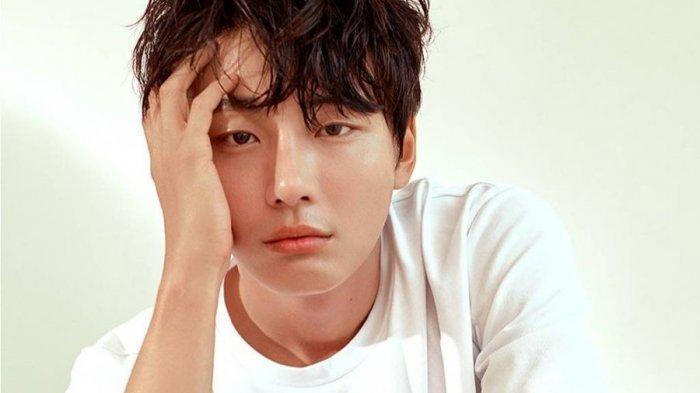 Aktor Korea Yoon Shi Yoon Ditinggal Kakek yang Merawatnya Selama 15 Tahun