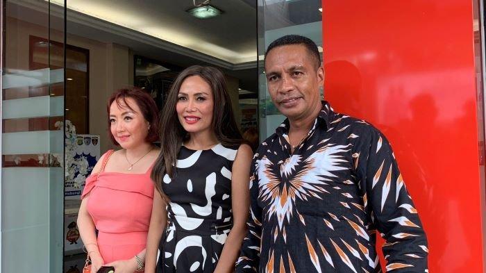 Yulia Peers (tengah) terlihat mendatangi Polres Metro Jakarta Selatan, Senin (20/9/2021). Yulia Peers adalah ibu Puteri Indonesia 2019 Frederika Alexis Cull.