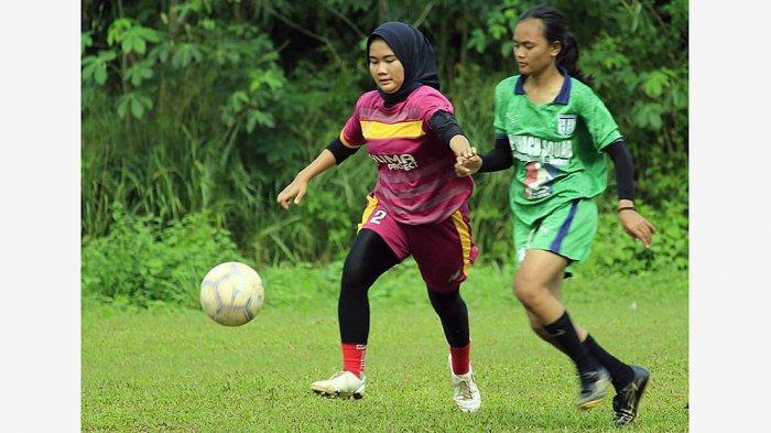 Tim putri Yuma Project FC saat pertandingan persahabatan deng tim sepak bola putri di Tangerang.
