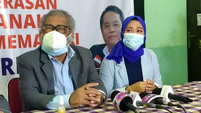 Yunita Lestari dan Ketua Komnas Perlindungan Anak Arist Merdeka Sirait di Kantor Komnas Perlindungan Anak di Pasar Rebo, Jakarta Timur, Kamis (25/2/2021). Yunita Lestari adalah mantan istri Daus Mini.