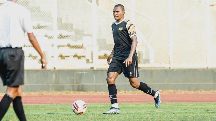 Yustinus Pae Mantan Bek Kanan Persipura Jayapura Berlabuh ke Klub Dewa United FC