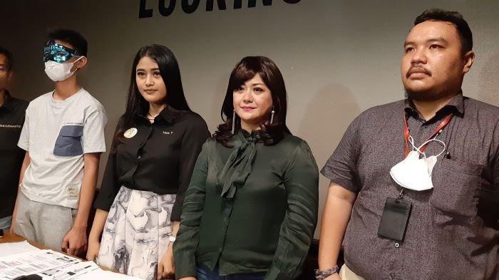 Pemain sinetron Yuyun Sukawati ditemani Lissa V, pengacaranya, saat menceritakan tindak kekerasan yang sering dilakukan Fajar Umbara di kawasan Menteng, Jakarta Pusat, Selasa (6/4/2021) petang. Fajar Umbara adalah suami kedua Yuyun Sukawati.