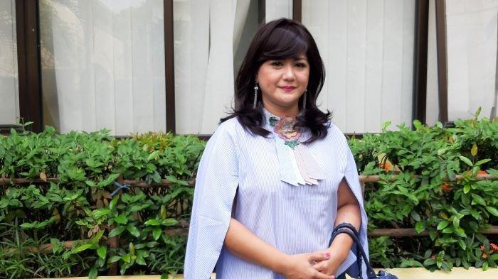 Pemain sinetron Yuyun Sukawati mengadukan tindak kekerasan dan penganiayaan yang dilakukan Fajar Umbara ke Komnas Perlindungan Perempuan, Menteng, Jakarta Pusat, Jumat (9/4/2021). Fajar Umbara adalah adik sutradara Anggy Umbara.