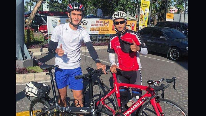 Bek Persib Bandung Zalnando (kiri) memulai persahabatan dengan gelandang Persib Abdul Aziz saat mereka gabung di tim Maung Bandung