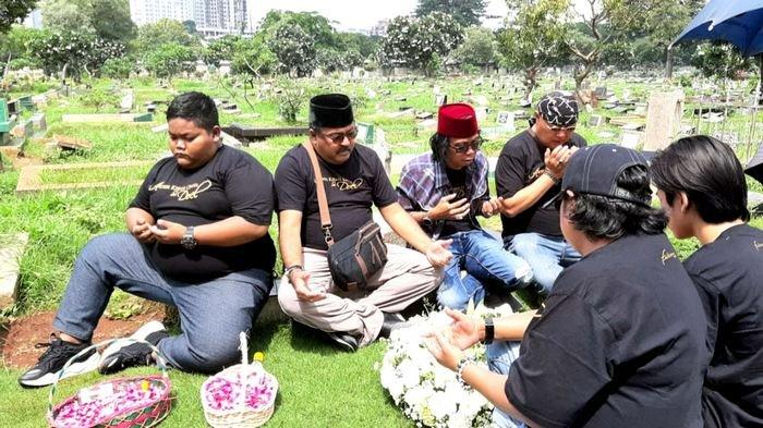 Ziarah ke Makam Benyamin Sueb, Rano Karno: Babeh Kayak Orangtua Sendiri
