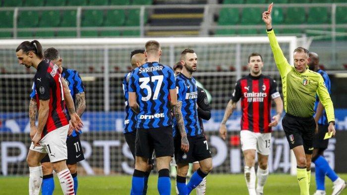 Zlatan Ibrahimovic terkena kartu merah saat derby Milan diajang Coppa Italia