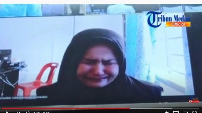 Zuraida Hanum menangis saat mendengar pembecaan pledoi oleh tim kuasa hukumnya. Ia mengaku menyesal telah membunuh suaminya, Hakim PN Menad Djamaluddin. Sebelum sidang ia tampak tersenyum