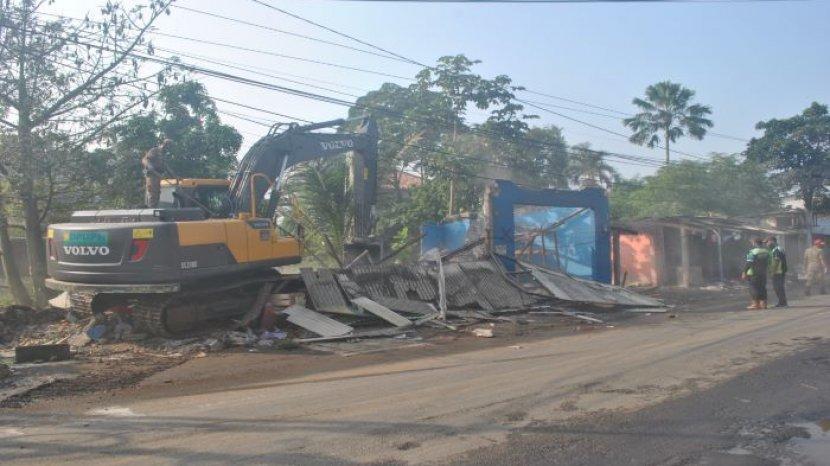 Satpol PP Bongkaran Ratusan Bangunan Liar di Kemang Bogor