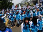 20150901photo-breaking-news-warna-warni-demo-buruh-di-jakarta3_20150901_154655.jpg