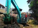 20150913antisipasi-banjir-sampah-100-ton-di-bantaran-kali-cipinang-diangkut_20150913_172959.jpg
