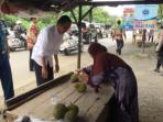 20151127-jokowi-borong-durian-di-banjarmasin_20151127_205215.jpg