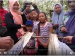 20160104video-balap-ulat-jadi-ajang-hiburan-unik-di-tuban_20160104_095152.jpg