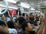20160607ac-krl-commuter-line-tidak-berfungsi-penumpang-buka-paksa-jendela1_20160607_165311.jpg