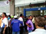 20160613ratusan-karyawan-po-bus-demo-di-terminal-pulo-gebang_20160613_155949.jpg