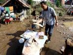 20160923berita-foto-warga-bersihkan-barang-usai-banjir-bandang_20160923_165426.jpg