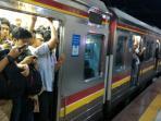 20161018-penumpang-krl-kereta-commuter-line-di-stasiun-palmerah_20161018_193708.jpg