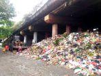 20161219bau-busuk-dan-kumuh-sampah-di-kolong-tol-sungai-bambu-menggunung_20161219_205815.jpg