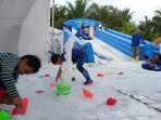 20161225pengalaman-unik-liburan-akhir-tahun-bermain-salju-di-pantai-ancol_20161225_091607.jpg