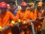 20170120butuh-2-jam-evakuasi-ular-sanca-batik-dari-saluran-air_20170120_191558.jpg