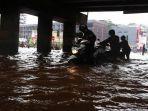 20170220berita-foto-beginilah-ulah-pengemudi-motor-saat-melintas-di-banjir-bekasi3_20170220_165110.jpg