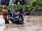 20170220berita-foto-beginilah-ulah-pengemudi-motor-saat-melintas-di-banjir-bekasi4_20170220_165223.jpg