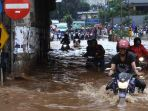 20170220berita-foto-beginilah-ulah-pengemudi-motor-saat-melintas-di-banjir-bekasi8_20170220_165804.jpg