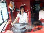 20170421berita-foto-peringati-hari-kartini-pengemudi-bus-tingkat-kenakan-kebaya5_20170421_131120.jpg