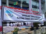 20170802karyawan-pd-pasar-jaya-geruduk-kantor-tuntut-8-permintaan_20170802_133811.jpg