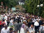 20171016sandi-hampir-tiba-di-masjid-sunda-kelapa-para-pendukungnya-siap-menyambut-depan-gerbang4_20171016_153907.jpg