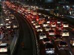 20171117berita-foto-begini-kemacetan-malam-di-jalan-tol-jakarta2_20171117_111054.jpg