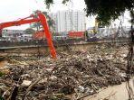 20180207berita-foto-sejumlah-petugas-dinas-kebersihan-bersihkan-sisa-sampah-yang-menumpuk2_20180207_124501.jpg