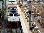20180307berita-foto-stasiun-klender-tanpa-atap-penumpang-krl-rela-kepanasan-dan-kehujanan_20180307_201113.jpg