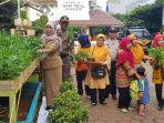 20180405lurah-tanah-sereal-ajak-ppsu-dan-warga-giat-menanam-tanaman-hidroponik3_20180405_160520.jpg