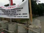 20180413sampai-jumat-siang-akses-jalan-masuk-ke-kecamatan-limo-masih-tertutup-drum-beton_20180413_162818.jpg