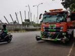 20180524bekasi-beli-truk-penyapu-jalan-bersihkan-air-licit_20180524_161200.jpg