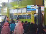 20180602banyak-penumpang-cancel-stasiun-gambir-tambah-loket-pembatalan-tiket_20180602_163607.jpg