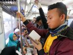 20180606berita-foto-membaca-al-quran-di-kereta-commuter-line1_20180606_210726.jpg