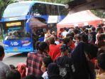 20180624beginilah-antrean-warga-untuk-naik-bus-wisata-gratis_20180624_231137.jpg