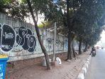 20180709tembok-sekitar-stadion-patriot-penuh-vandalisme1_20180709_203505.jpg
