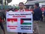 20180815suporter-timnas-indonesia-pakai-syal-dan-bendera-palestina3_20180815_195346.jpg