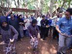 20180924disambut-warga-desa-wisata-kandri-sandiaga-uno-ikut-menari2_20180924_154729.jpg