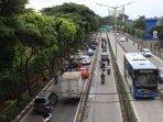 20190122pengendara-lintasi-jalur-bus-transjakarta.jpg