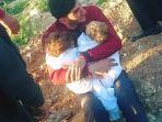 abdul-hamid-youssef-menggendong-dua-jenazah-anak-kembarnya-yang-tewas-akibat-racun-kimia-di-suriah_20170409_212549.jpg