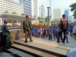 aksi-unjuk-rasa-uu-omnibus-law-di-depan-stasiun-mrt-bundaran-hi.jpg
