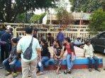anggota-polres-metro-jakarta-pusat-menangkap-55-preman131.jpg