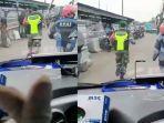 anggota-tni-dan-relawan-ojol-membuka-jalan-ketika-sebuah-ambulans-terjebak-macet-di-kawasan-cileunyi.jpg