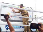 anies-baswedan-dan-saniaga-uno-bubuhkan-cap-tangan-di-bus-transjakarta_20180424_142322.jpg
